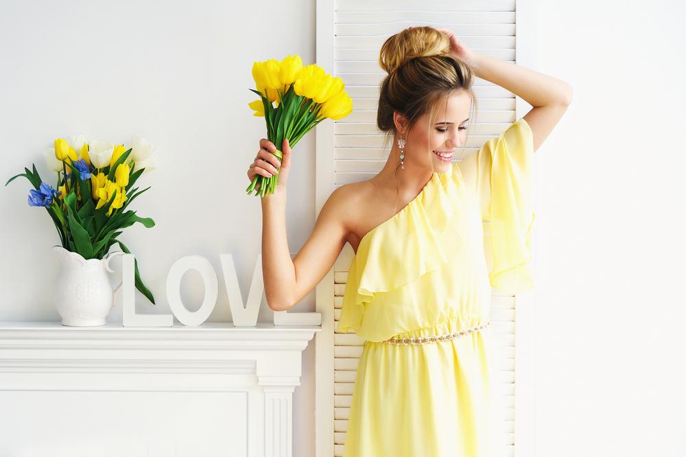 7 conseils pour bien porter la robe jaune à un mariage
