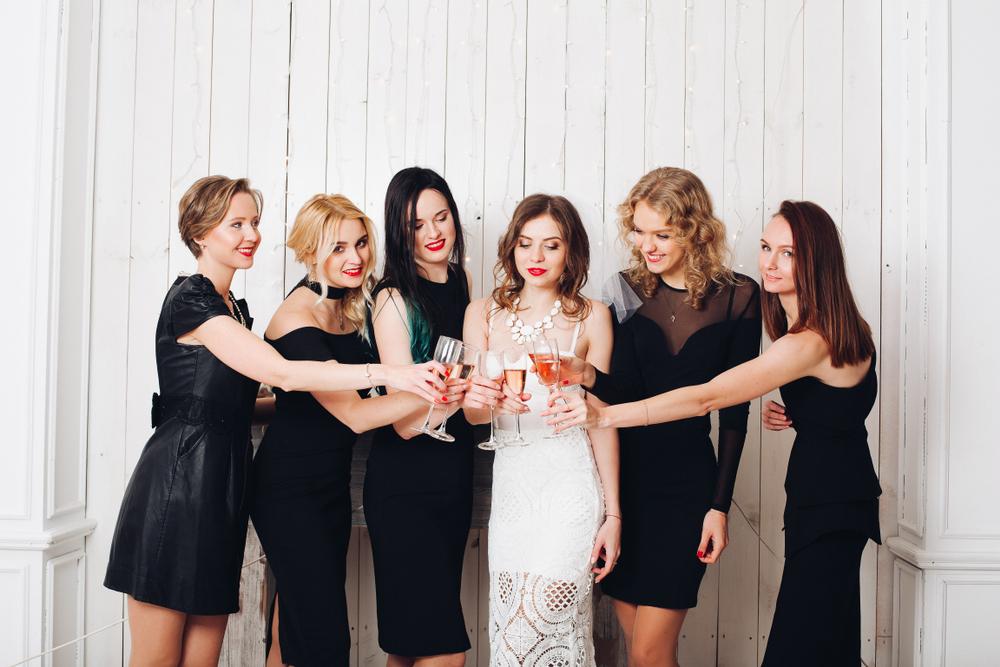 Comment bien porter la robe noire à un mariage