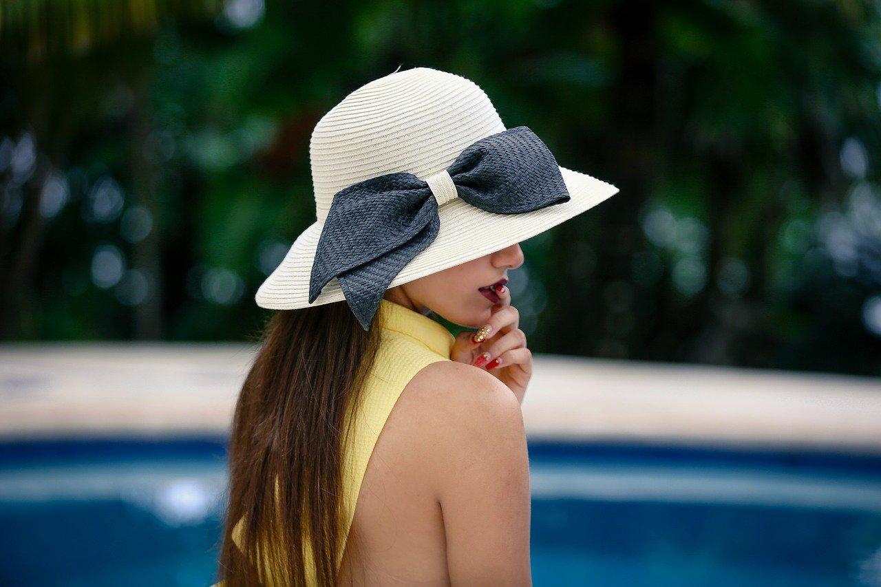 Quel chapeau d'invitée porter à un mariage