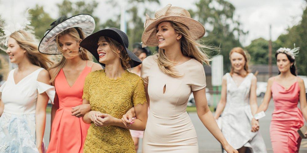 chapeau d'invitée porter à un mariage