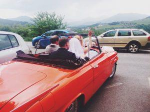 mariée voiture arrivée mariage